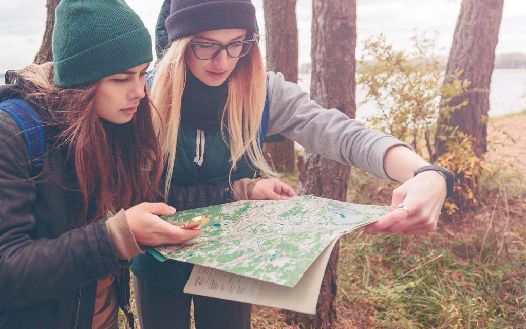 Irientarse con mapa y brújula